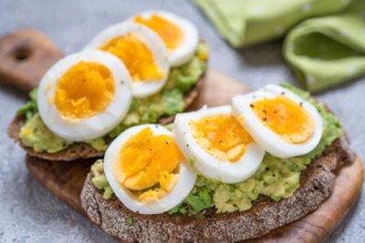 » Belegtes Brot mit Avocado Creme und Ei