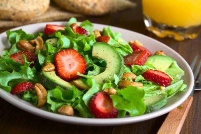 » Frischer Feldsalat mit Erdbeeren und Avocados
